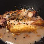 Calamar sobre crema de patata y morcilla