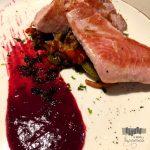 Lingote de atún rojo, verduras a la soja y coulis de frutos rojos.